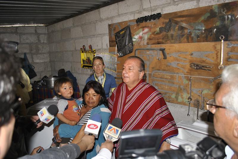 La Fundación Cruzada Nueva Humanidad Entrega un Negocio de Lavandería a Rosa Álvarez