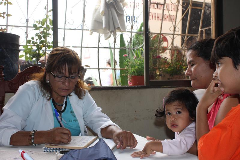 Habitantes de la Coop. Centro Cívico reciben ayuda de la FCNH