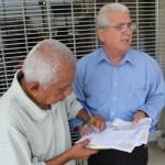 john garino firma papeles recibir cheque fundacion cruzada